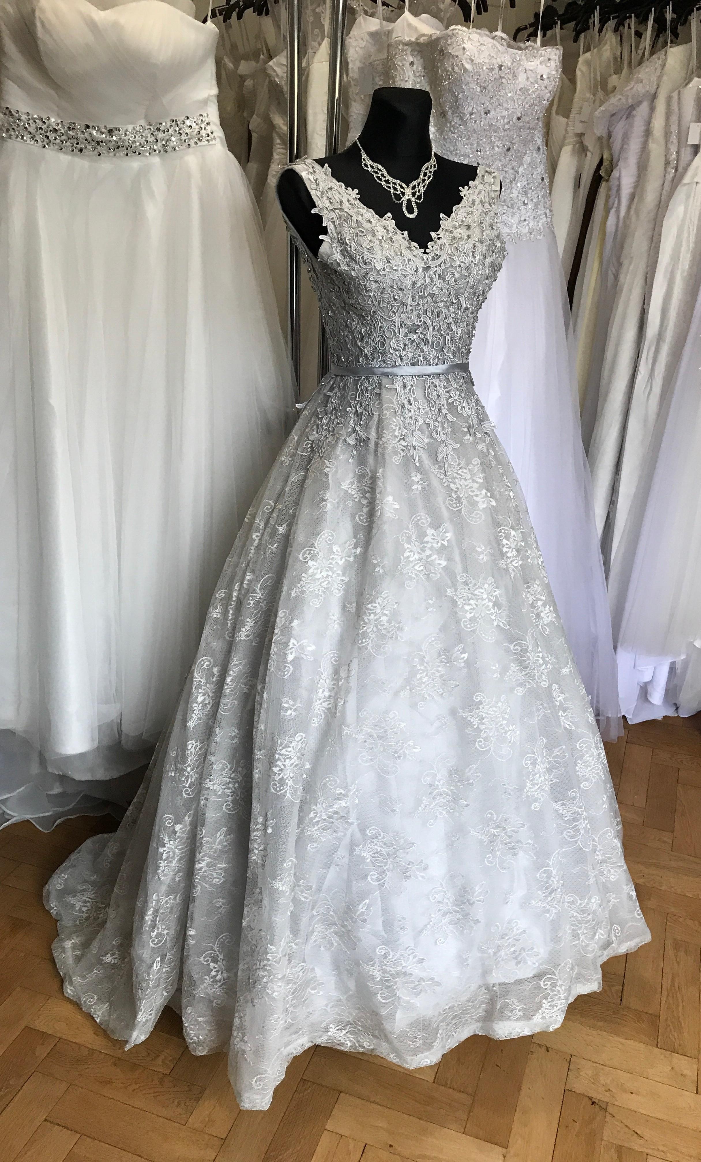 45f573e79 luxusní krajkové šedé plesové šaty na maturitní ples Alison XS-S -  Hollywood Style E-Shop - plesové a svatební šaty