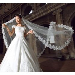 krémový svatební tylový závoj s krajkovým lemem