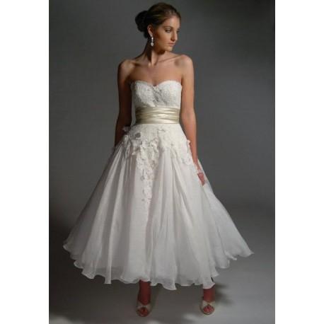 Krásné bílé šaty pro družičku