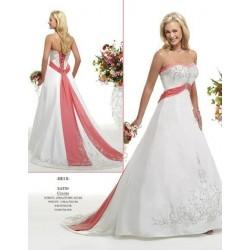 Bohatě zdobené svatební šaty na míru