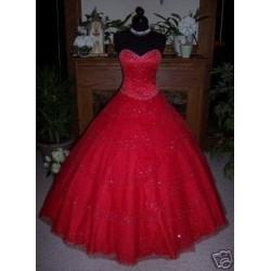 červené společenské šaty zdobené