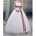 svatební šaty s červenou stuhou