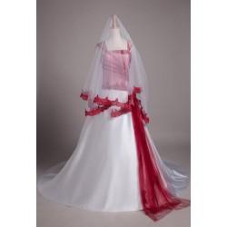 bílý tylový svatební závoj s červenou krajkou