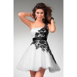 černo-bílé krajkované krátké společenské šaty na jedno rameno Coral
