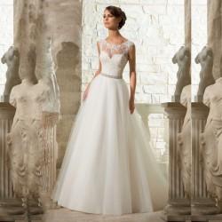 luxusní svatební šaty s krajkovým dekoltem Linda S
